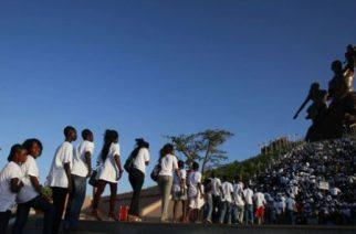 Des étudiants sénégalais devant le monument de la Renaissance africaine, à Dakar, le 13 octobre 2010. © Rebecca Blackwell/AP/SIPAjpg