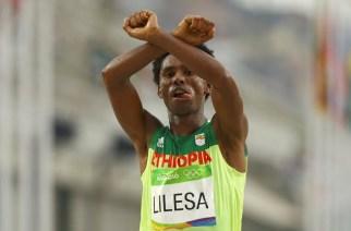 Éthiopie : le marathonien protestataire Feyisa Lilesa ne rentrera pas au pays, estime son agent