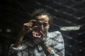 Le photographe égyptien Mahmoud Abdel Shakour, surnommé Shawkan, dans le box des accusés lors de son procès au Caire, le 9 août 2016