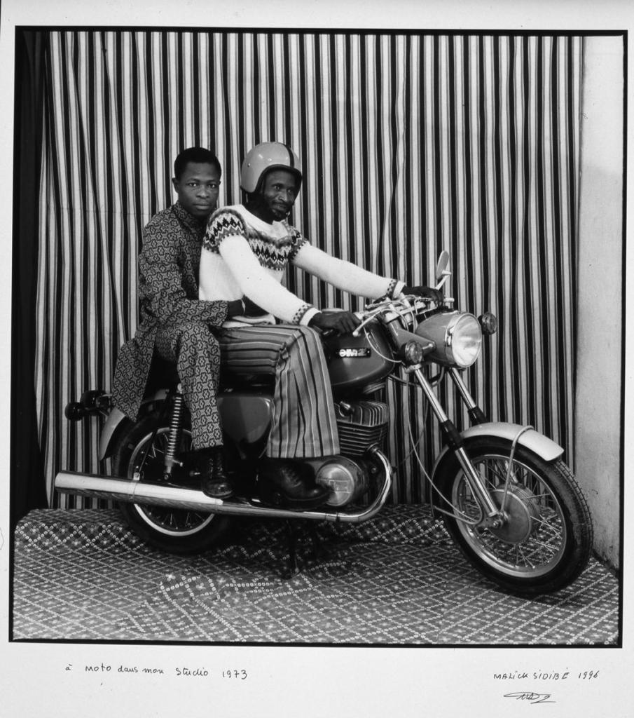 Malick Sidibé, À moto dans mon studio, 1973