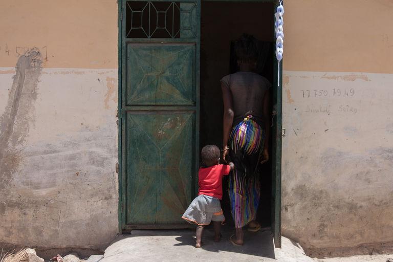 Une mère adolescente du quartier de Sintian au Sénégal, rentre chez elle avec sa fille