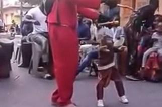 VIDÉO – Hilarant, une marionnette qui danse au rythme du mbalakh