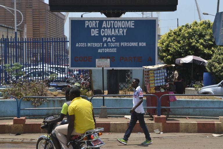 Devant l'entrée du port de Conakry. CRÉDITS : CELLOU BINANI / AFP