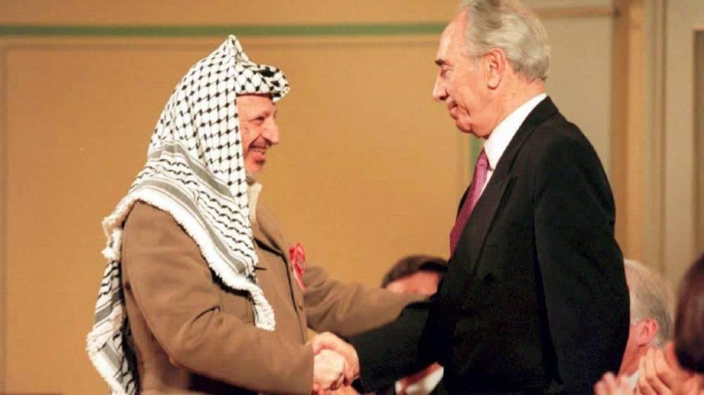 L'ancien leader de l'autorité palestinienne, Yasser Arafat, serre la main de Shimon Peres, lors de la cérémonie de remise du Prix Nobel de la Paix le 18 mai 1994 - © SCANFOTO - AFP