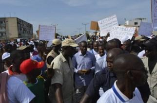 La police disperse la marche des opposants…Réfugié à la Rts, Oumar Sarr du Pds fuit avec le micro de leral…