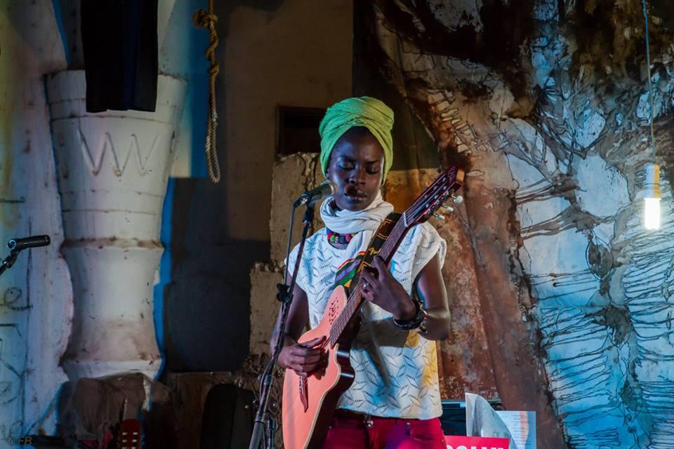 L'atelier du Laboratoire Agit-Art, est sis au coeur de Dakar-Plateau, 17 rue Jules Ferry. Animé en permanence par Issa Samb, alias Jo Ouakam depuis 1974, ce lieu est devenu une destination privilégiée d' artistes, intellectuels, chercheurs , étudiants doctorants, media, et musées du monde entier.