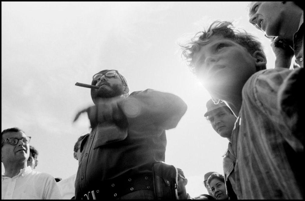 Discours de Fidel Castro à la baie des cochons en 1961. Photo Andrew Saint-George Magnum Photos