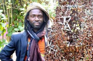 Freddy Tsimba, sculpteur congolais, donne vie aux objets