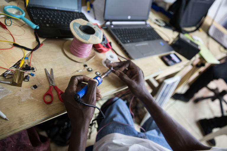 Dans le Fablab, outils électoniques et mécaniques se mélangent. CRÉDITS : MATTEO MAILLARD