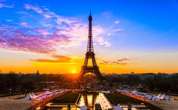 Här går solen upp i Paris. Som vi ser det. Men egentligen är det ju jorden som rör sig. Låt oss också röra på oss. För freden och klimatets skull.
