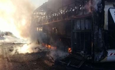 Un colectivo con pasajeros quedó destruido al incendiarse sobre Ruta 34