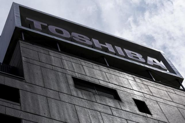 2月29日、財務体質の強化を迫られている東芝は、医療機器子会社、東芝メディカルシステムズの全株を売却する方針を決めた。写真は都内で昨年8月撮影(2016年 ロイター/Thomas Peter)