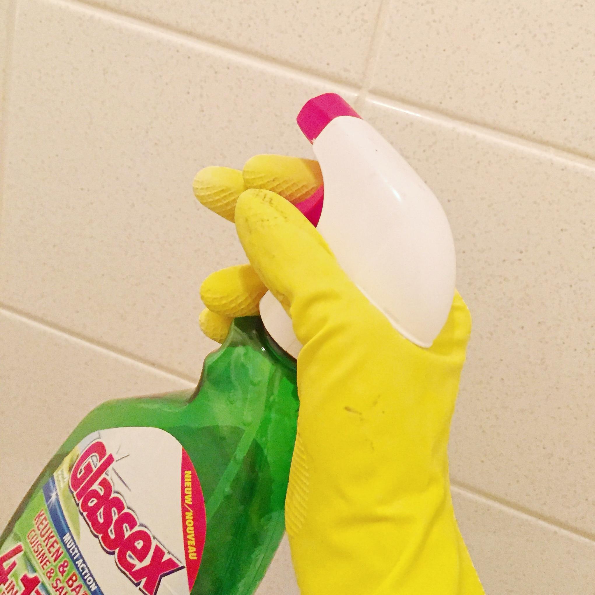 Grote schoonmaak - Sanzine - voetbalmoeder in high heels