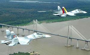 Dos Sukhoi-30 sobrevolando el río Orinoco