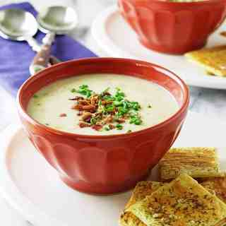 new-england-clam-chowder-with-puff-pastry-crackers_0748