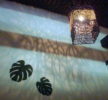 網目の照明柄が壁に映るBOX席