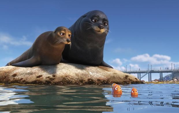 """Smutje und Boje auf dem Felsen FINDING DORY –Marlin and Nemo get guidance from a pair of lazy sea lions in an effort to catch up with Dory. Featuring Idris Elba as the voice of Fluke and Dominic West as the voice of Rudder, """"Finding Dory"""" opens on June 17, 2016. ©2016 Disney•Pixar. All Rights Reserved."""