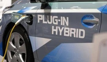 Blending electric, gas modes in plug-in hybrid vehicles improves efficiency by 12%