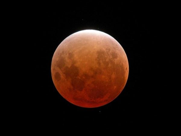 Totale Mondfinsternis vom 9.11.2003, größte Verfinsterung. Aufgenommen mit Kompaktkamera an 1000 mm MTO-Spiegeltele mit 17mm-Okular. 1s bei 400 ISO. Bild: Autor.