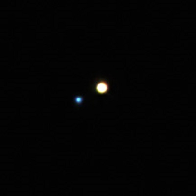 Gamma Andromedae (Almach). Bild: freestarcharts.com, CC BY-NC 3.0.