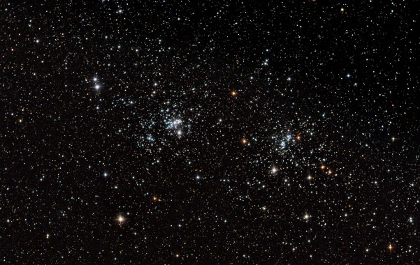 Doppelsternhaufen h und χ Persei (NGC 869 und 884). Bild: Wikimedia Commons, Rawatrodata, CC BY-SA 3.0.