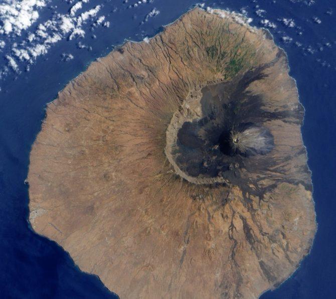 Satellite volcano