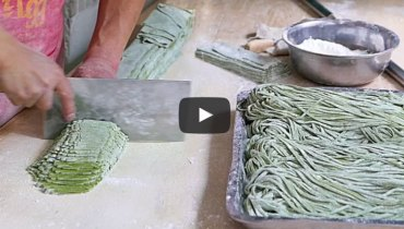 SMOKE BREAK #1191 | Laser-Focused Xi'an Cook Making The Hell Out Of Noodles By Hand