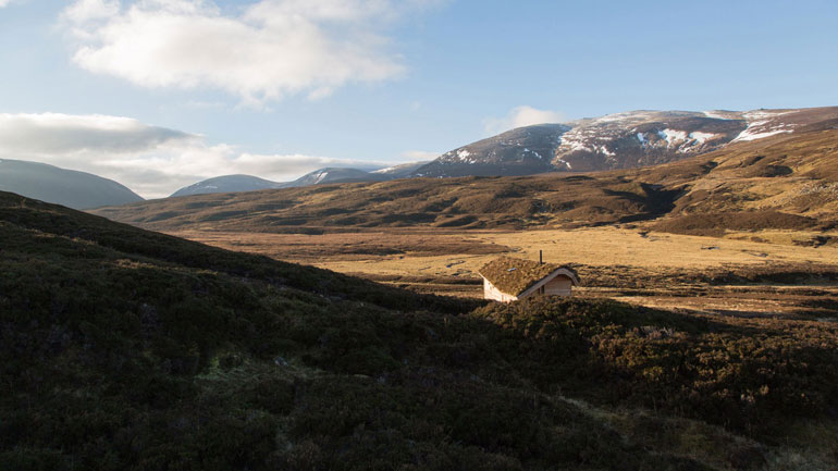 modernist-highland-hut-moxon-architecture-residential_dezeen_2364_hero