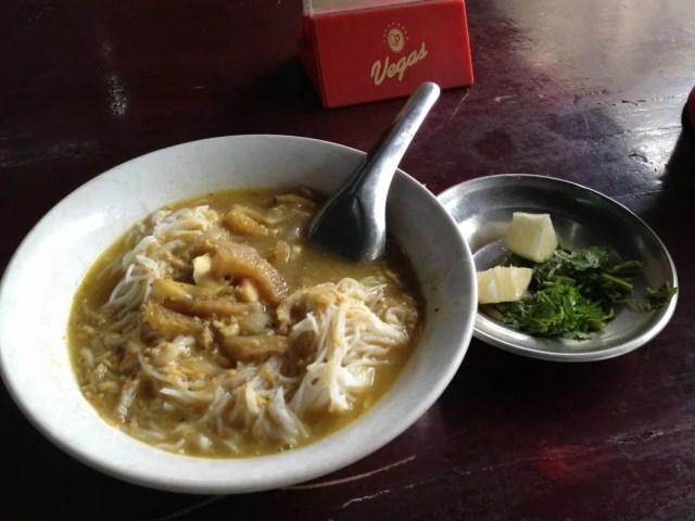 朝食はモヒンガー、サモサ、揚げパン、コーヒー 【ヤンゴン】