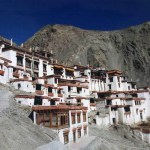 白壁、茶色の窓枠、蒼い空。岩山の中にある修行の場「リゾン・ゴンパ」【インド・ラダック地方】