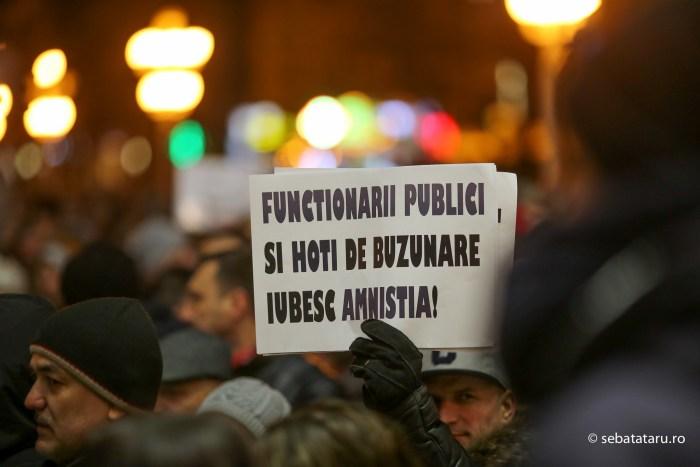 Peste 1000 de persoane au protestat impotriva intentiei guvernului de promovare a ordonantei de urgenta care va permite gratierea unui numar mare de infractori condamnati, joi,19 ianuarie 2017, in Timisoara. SEBASTIAN TATARU / MEDIAFAXFOTO