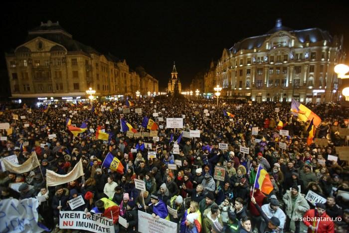 Mii de persoane protesteaza in Timisoara dupa ce Executivul a adoptat proiectul de lege privind gratierea si ordonanta privind modificarea Codurilor Penale, joi 2 februarie 2017. SEBASTIAN TATARU /