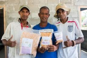 Membru PFK GAM husi Manufahi produs pakote tolu fini Sele (5kg, 1 kg, no 500g) © Yessy Betty/Seeds of Life
