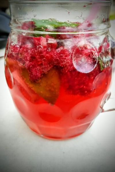 Fruchtig frische Himbeer-Limonade mit Minze