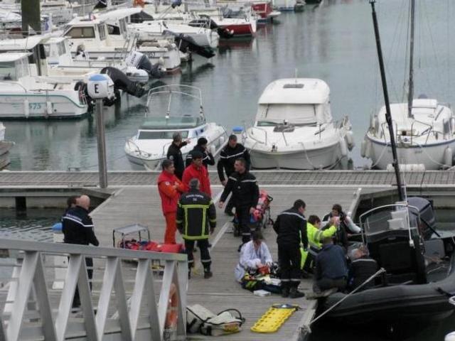 Erste Hilfe für Franck Cammas am Steg bevor der Hubschrauber kommt. © ouest france