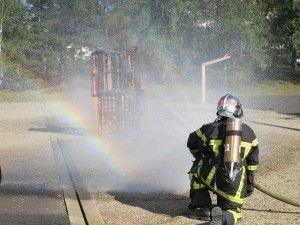 bombero_apagando_fuego_en_el_patio_de_un_colegio