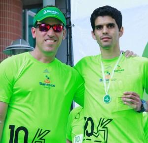 banesco carrera 10k_noviembre 2015_Miguel Angel Marcano (izq) entrega reconocimiento a Edgar Graziadio, ganador