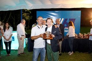 Ganador-Categ-A-Jinete-Noél-Vanososte-con-el-Presidente-de-la-Junta-Directiva-Seguros-Venezuela-Jose-Ignacio-Oberto