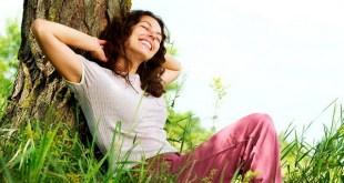 Foto : www.bobrov4.ru   Beautiful Young Woman Relaxing outdoors. Nature