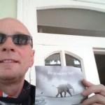 Paket und Postkarte aus der Heimat