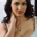 Jasmine Caro, naakt op de bank, dat is fijn