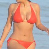 MILF Kim Kardashian in bikini, grote tieten op het strand