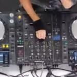 Vrouwelijke dj heeft het druk, niet met mixen