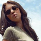 Laura Christie, brunette met zonnebril, naakt bij het zwembad