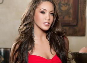 Tiana Nicole, knappe brunette met lang haar gaat naakt