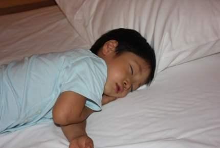 子供が1人で寝るのは何歳から?