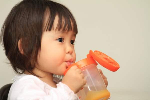 ストローで水を飲む赤ちゃん(1歳児)