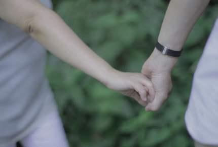 夫が妻に「20年越しのありがとう」を伝える。実在する夫婦のサプライズ動画からあふれる「ありがとう」のパワー