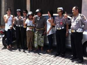 Semeton Honda Bali Card bekerjasama dengan Kepolisian Bagi-Bagi Helm kepada Pengguna Jalan yang Helmnya Tidak Standar