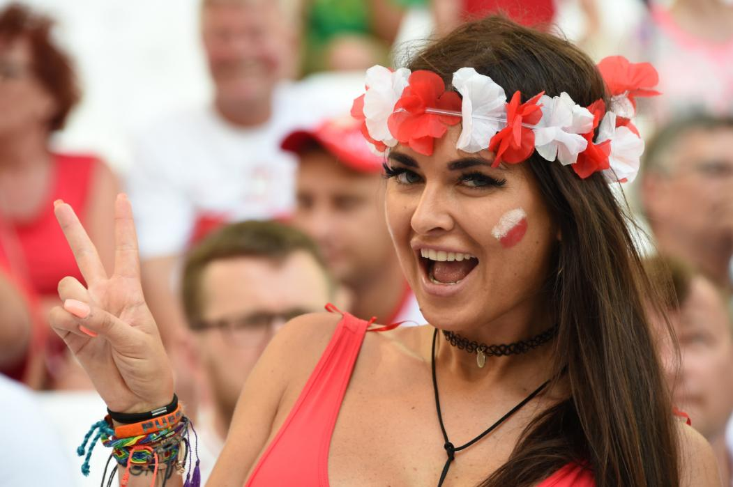 A Poland supporter flashes the V-sign prior to the Euro 2016 quarter-final football match between Poland and Portugal at the Stade Velodrome in Marseille on June 30, 2016. / AFP PHOTO / ANNE-CHRISTINE POUJOULAT